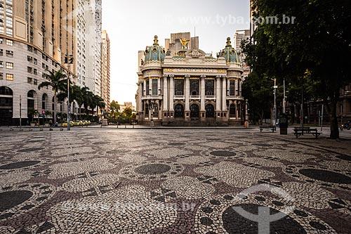 Calçamento em Pedra Portuguesa na Cinelândia com o Theatro Municipal do Rio de Janeiro (1909) ao fundo  - Rio de Janeiro - Rio de Janeiro (RJ) - Brasil