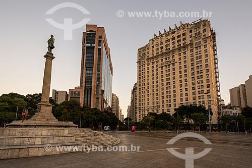 Vista da fachada do Centro Empresarial RB1, Edifício Joseph Gire (1929) e o Monumento à Visconde de Mauá a partir da Praça Mauá  - Rio de Janeiro - Rio de Janeiro (RJ) - Brasil