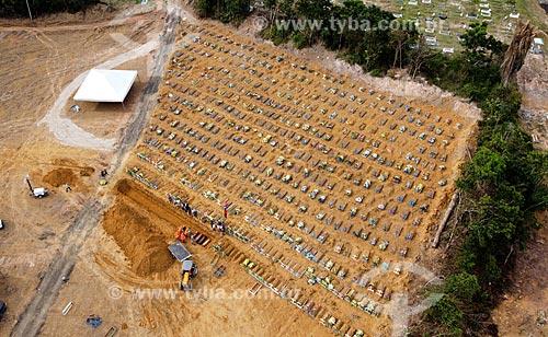Foto feita com drone de enterros sendo feitos em valas comuns no Cemitério Nossa Senhora Aparecida - Crise do Coronavírus  - Manaus - Amazonas (AM) - Brasil