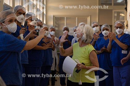 Casal de idosos (Marlene e Almir Belmonte), recebendo alta da Covid-19 no hospital Pedro Ernesto - Crise do Coronavírus  - Rio de Janeiro - Rio de Janeiro (RJ) - Brasil