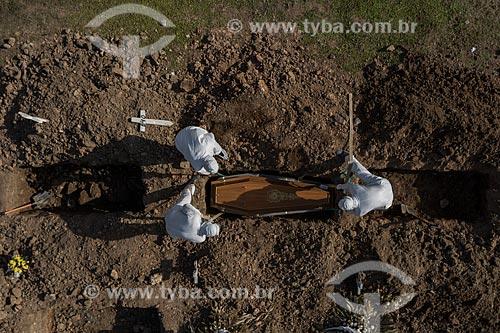 Foto feita com drone de enterro sendo feito em vala comum no Cemitério de São Francisco Xavier - mais conhecido como Cemitério do Caju - Crise do Coronavírus  - Rio de Janeiro - Rio de Janeiro (RJ) - Brasil