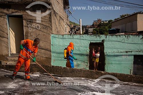 Higienização da comunidade Boca do Mato para combater o vírus da Covid-19 - Crise do Coronavírus  - Rio de Janeiro - Rio de Janeiro (RJ) - Brasil