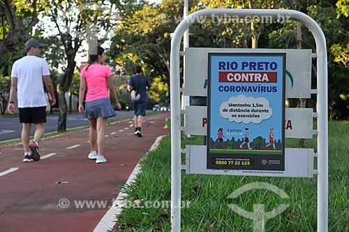 Placa recomendando distanciamento entre as pessoas ao fazerem exercícios fisicos - Crise do Coronavírus  - São José do Rio Preto - São Paulo (SP) - Brasil