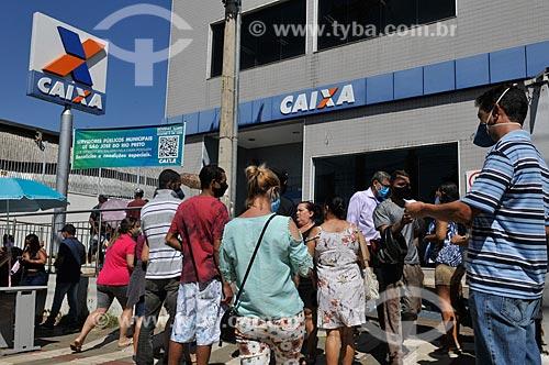 Fila em frente à agência da Caixa Econômica Federal para receber auxílio emergencial do governo - Crise do Coronavírus  - São José do Rio Preto - São Paulo (SP) - Brasil