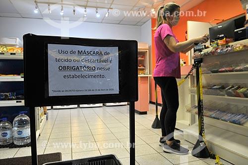 Placa indicando o uso obrigatório de máscara de proteção dentro de estabelecimentos comerciais - Crise do Coronavírus  - São José do Rio Preto - São Paulo (SP) - Brasil