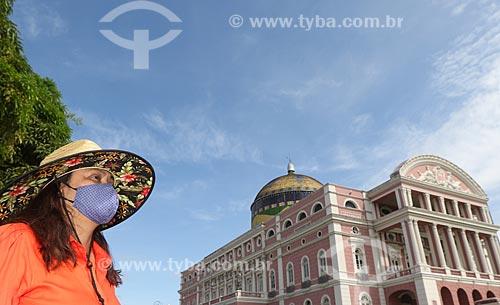 Mulher com máscara para proteção contra o Coronavírus - Teatro Amazonas (1896) ao fundo  - Manaus - Amazonas (AM) - Brasil