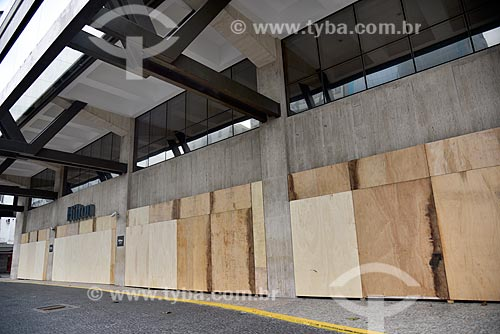 Fachada do Hotel Hilton protegida por tapumes após fechamento temporário evitando vandalismo - Crise do Coronavírus  - Rio de Janeiro - Rio de Janeiro (RJ) - Brasil