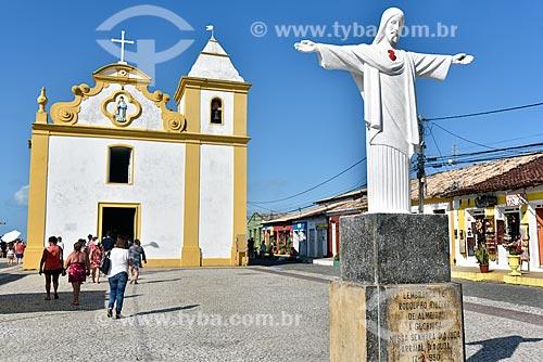 Turistas visitando o centro histórico de Arraial DAjuda - Igreja de Nossa Senhora DAjuda (1551) ao fundo  - Porto Seguro - Bahia (BA) - Brasil