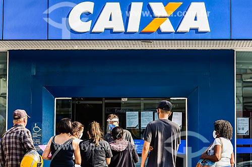 Fila em frente à agência da Caixa Econômica Federal para receber auxílio emergencial do governo - Crise do Coronavírus  - Capão da Canoa - Rio Grande do Sul (RS) - Brasil
