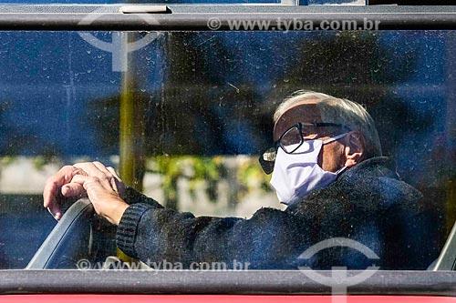 Idoso usando máscara de proteção dentro de ônibus - Crise do Coronavírus  - Porto Alegre - Rio Grande do Sul (RS) - Brasil