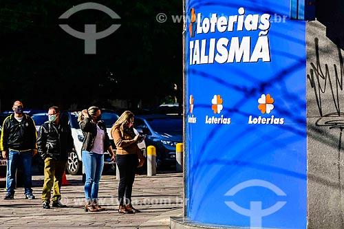 Fila em frente à agência lotérica da Caixa Econômica Federal para receber auxílio emergencial do governo - Crise do Coronavírus  - Porto Alegre - Rio Grande do Sul (RS) - Brasil