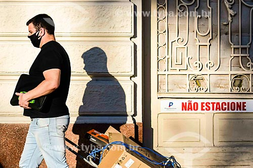Homem usando máscara de proteção na rua - Crise do Coronavírus  - Porto Alegre - Rio Grande do Sul (RS) - Brasil