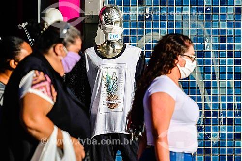 Mulheres usando máscara de proteção na rua - Crise do Coronavírus  - Porto Alegre - Rio Grande do Sul (RS) - Brasil