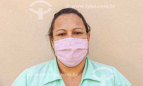 Mulher em casa com máscara de proteção durante período de quarentena - Crise do Coronavírus  - Guarani - Minas Gerais (MG) - Brasil