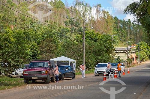 Profissionais da área da saúde pública realizam controle sanitário na entrada da cidade de Guarani - Crise do Coronavírus  - Guarani - Minas Gerais (MG) - Brasil