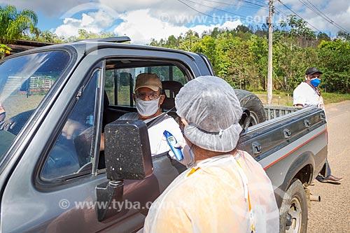 Enfermeira segurando termômetro - Profissionais da área da saúde pública realizam controle sanitário na entrada da cidade de Guarani - Crise do Coronavírus  - Guarani - Minas Gerais (MG) - Brasil