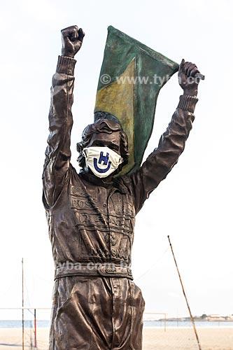 Estátua de Ayrton Senna com máscara de proteção na orla da Praia de Copacabana - Crise do Coronavírus  - Rio de Janeiro - Rio de Janeiro (RJ) - Brasil
