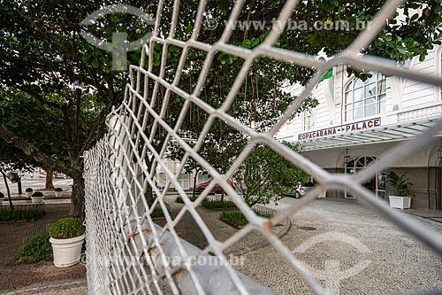Fachada do Hotel Copacabana Palace protegida por grades após fechamento temporário evitando vandalismo - Crise do Coronavírus  - Rio de Janeiro - Rio de Janeiro (RJ) - Brasil