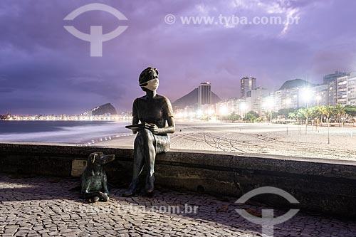 Estátua de Clarice Lispector com máscara de proteção na orla da Praia de Copacabana - Crise do Coronavírus  - Rio de Janeiro - Rio de Janeiro (RJ) - Brasil