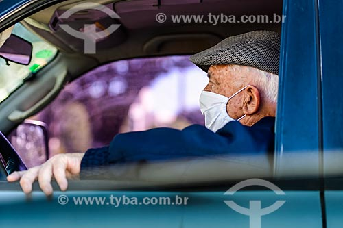 Idoso usando máscara de proteção dentro de carro - Crise do Coronavírus  - Porto Alegre - Rio Grande do Sul (RS) - Brasil