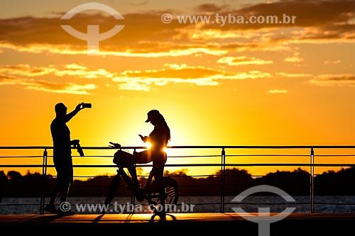 Pessoas vendo o pôr do sol na orla do Guaíba durante a crise do Coronavírus  - Porto Alegre - Rio Grande do Sul (RS) - Brasil