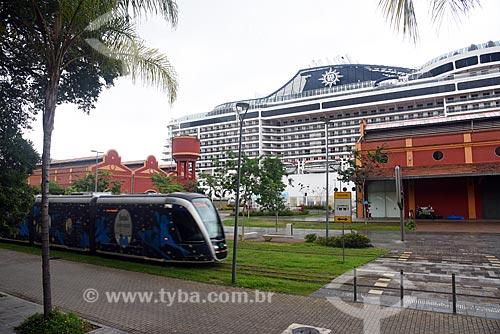 Veículo leve sobre trilhos transitando na Orla Prefeito Luiz Paulo Conde com navio transatlântico ao fundo  - Rio de Janeiro - Rio de Janeiro (RJ) - Brasil
