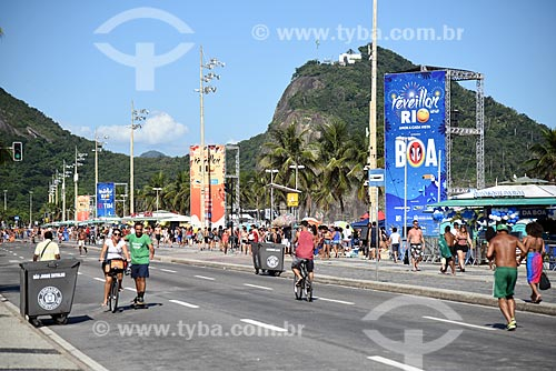 Pessoas na orla da Praia de Copacabana  - Rio de Janeiro - Rio de Janeiro (RJ) - Brasil