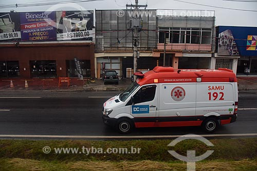 Ambulância do SAMU trafegando por rodovia  - Duque de Caxias - Rio de Janeiro (RJ) - Brasil
