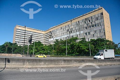 Tráfego na Linha Vermelha com o Hospital Universitário Clementino Fraga Filho ao fundo  - Rio de Janeiro - Rio de Janeiro (RJ) - Brasil