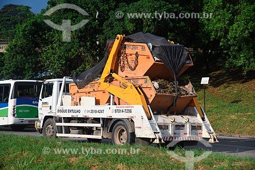 Caminhão transportando caçambas de entulho  - Duque de Caxias - Rio de Janeiro (RJ) - Brasil