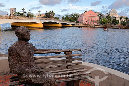 Ponte Santa Isabel (1967) - também conhecida como Ponte Princesa Isabel com a estátua de João Cabral de Melo Neto- sobre o Rio Capibaribe  - Recife - Pernambuco (PE) - Brasil