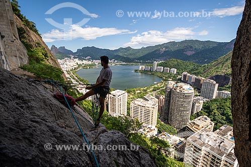 Alpinista durante a escalada do Morro do Cantagalo com Lagoa Rodrigo de Freitas ao fundo  - Rio de Janeiro - Rio de Janeiro (RJ) - Brasil