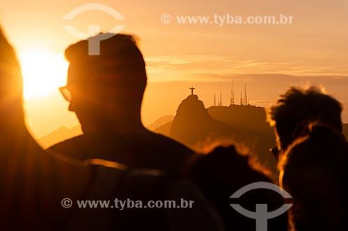 Pessoas observando o pôr do sol a partir do mirante do Pão de Açúcar  - Rio de Janeiro - Rio de Janeiro (RJ) - Brasil