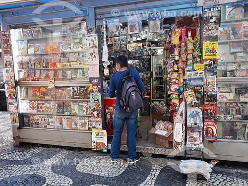 Cliente com máscara fazendo compra em banca de jornais na Cinelândia - Crise do Coronavírus  - Rio de Janeiro - Rio de Janeiro (RJ) - Brasil