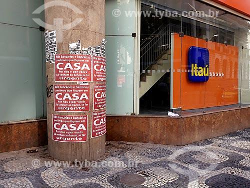 Cartaz de campanha à favor do isolamento social na entrada de agência bancária na Cinelândia - Crise do Coronavírus  - Rio de Janeiro - Rio de Janeiro (RJ) - Brasil