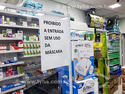 Placa indicando o uso obrigatório de máscara de proteção dentro de estabelecimentos comerciais - Crise do Coronavírus  - Rio de Janeiro - Rio de Janeiro (RJ) - Brasil