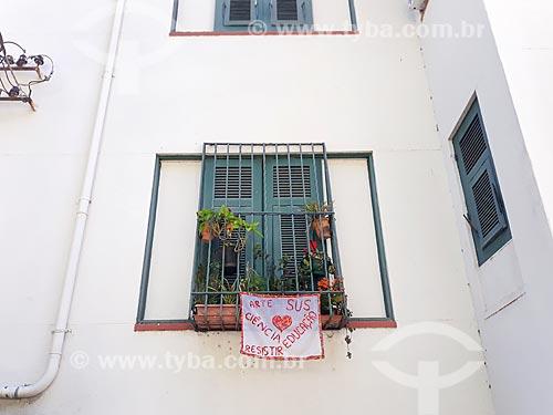 Faixa em favor da ciência, da educação e da saúde em janela de apartamento  - Rio de Janeiro - Rio de Janeiro (RJ) - Brasil