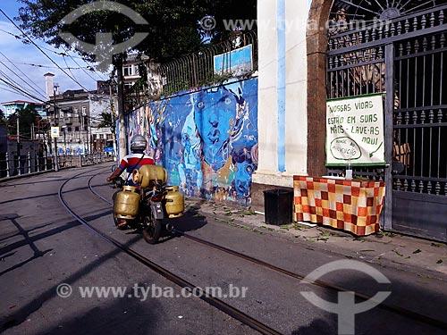 Pia pública instalada junto à ponto de ônibus, no Largo do Guimarães - Crise do Coronavírus  - Rio de Janeiro - Rio de Janeiro (RJ) - Brasil
