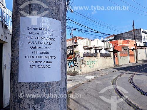 Cartaz em poste com aviso sobre som alto no bairro - Crise do Coronavírus  - Rio de Janeiro - Rio de Janeiro (RJ) - Brasil