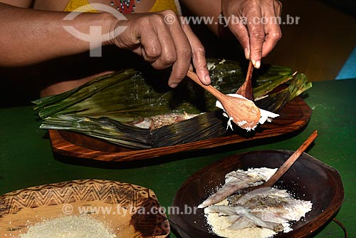 Peixe assado na folha da patioba - prato típico da etnia Pataxó - Reserva Pataxó da Jaqueira  - Porto Seguro - Bahia (BA) - Brasil