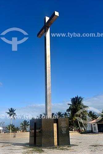 Cruz - Marco erguido para celebrar os 500 anos do descobrimento - região onde desembarcou Pedro Álvares Cabral e onde foi realizada a primeira missa no Brasil  - Santa Cruz Cabrália - Bahia (BA) - Brasil