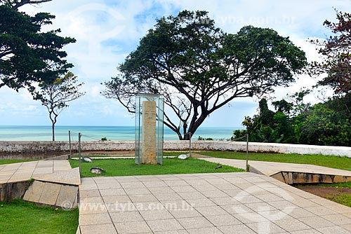 Marco do Descobrimento - com a cruz da Ordem de Avis esculpida em pedra de cantaria - Praça Pero do Campo Tourinho  - Porto Seguro - Bahia (BA) - Brasil