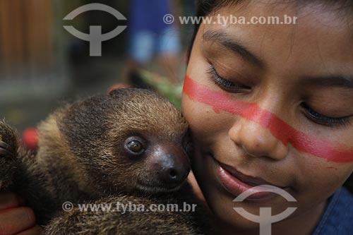 Menina da Tribo sateré-mawé - Comunidade Wakirú - Com Bicho-preguiça no colo  - Manaus - Amazonas (AM) - Brasil