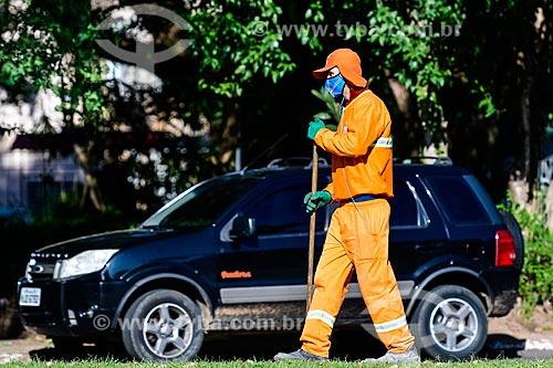 Gari usando máscara do Grêmio enquanto faz a limpeza urbana - Crise do Coronavírus  - Porto Alegre - Rio Grande do Sul (RS) - Brasil