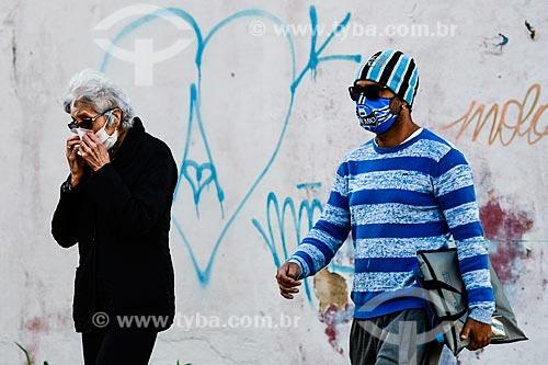 Homem usando máscara do Grêmio enquanto anda pela rua - Crise do Coronavírus  - Porto Alegre - Rio Grande do Sul (RS) - Brasil
