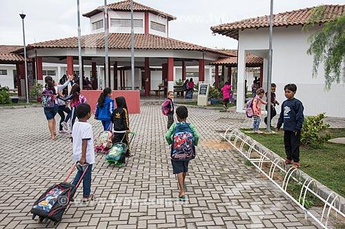 Crianças indígenas chegando em escola - Terra Indígena Pau Brasil da etnia Tupiniquim - ACRÉSCIMO DE 100% SOBRE O VALOR DE TABELA  - Aracruz - Espírito Santo (ES) - Brasil
