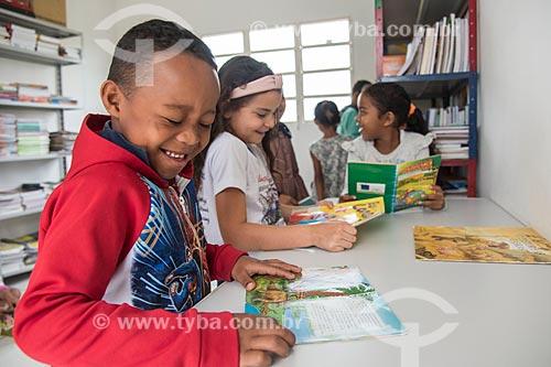 Crianças indígenas em escola - Terra Indígena Pau Brasil da etnia Tupiniquim - ACRÉSCIMO DE 100% SOBRE O VALOR DE TABELA  - Aracruz - Espírito Santo (ES) - Brasil