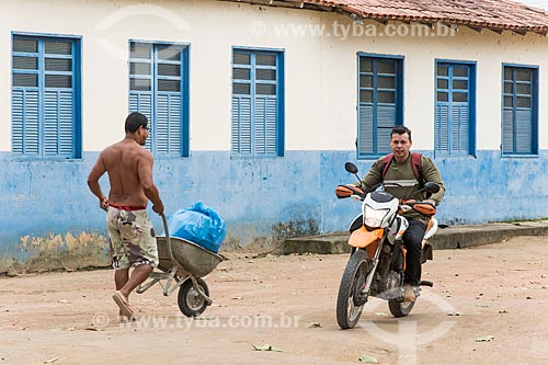 Indígena transportando saco de lixo em carrinho de mão - Terra Indígena Pau Brasil da etnia Tupiniquim - ACRÉSCIMO DE 100% SOBRE O VALOR DE TABELA  - Aracruz - Espírito Santo (ES) - Brasil