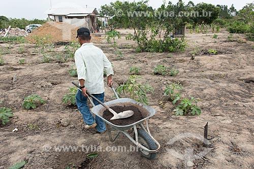Indígena transportando adubo orgânico em carrinho de mão - Terra Indígena Pau Brasil da etnia Tupiniquim - ACRÉSCIMO DE 100% SOBRE O VALOR DE TABELA  - Aracruz - Espírito Santo (ES) - Brasil