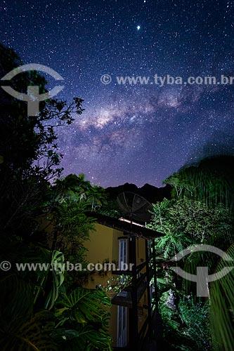 Vista noturna de casa com estrelas da Via Láctea ao fundo - Área de Proteção Ambiental da Serrinha do Alambari  - Resende - Rio de Janeiro (RJ) - Brasil